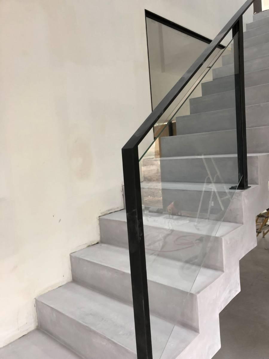 Pose D Un Escalier En Beton Cire Couleur Perle Dans Une Maison Contemporaine Aux Mont D Or Renovation Poncage De Sols Interieurs En Bourgogne Renov Sols